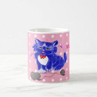 Blaue Miezekatze, die mit Faden und Kaffeetasse