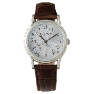 Blaue silberne Kirschblüten-mit Blumenzahlen Uhr