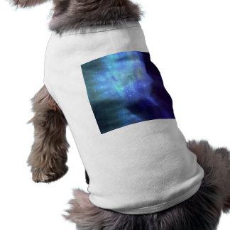 Blaue Sterne im Raum T-Shirt
