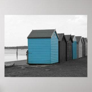 Blaue Strandhütten entlang der Küste! Poster