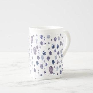 Blaue und lila abstrakte Regentropfen Porzellantasse