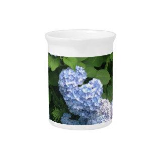 Blaue und rosa Hydrangeas Getränke Pitcher
