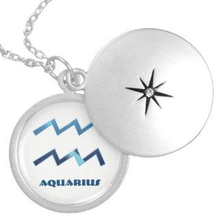 Blaue Wassermann-Tierkreis-Zeichen auf Weiß Versilberte Kette