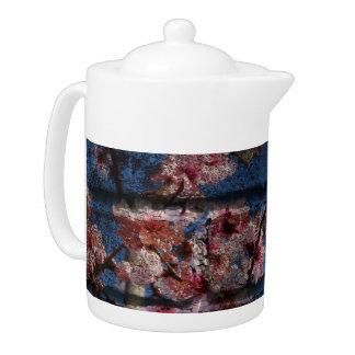 Blaue Ziegelstein-und Blüten-Teekanne