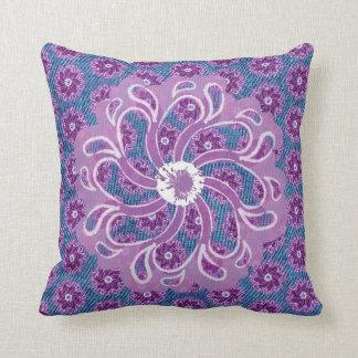Blauer Denimeffekt und große lila Blume pillow Zierkissen