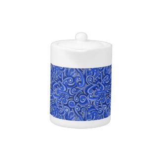 Blauer Gekritzel-Entwurf auf Teekanne