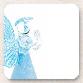 Blauer Glasengel, der auf weißem Hintergrund betet Getränk Untersetzer