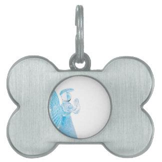 Blauer Glasengel, der auf weißem Hintergrund betet Hundemarken