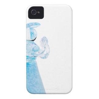 Blauer Glasengel, der auf weißem Hintergrund betet iPhone 4 Hüllen