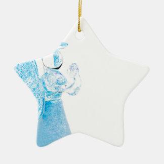 Blauer Glasengel, der auf weißem Hintergrund betet Keramik Stern-Ornament