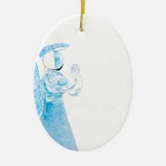 Blauer Glasengel, der auf weißem Hintergrund betet Ovales Keramik Ornament
