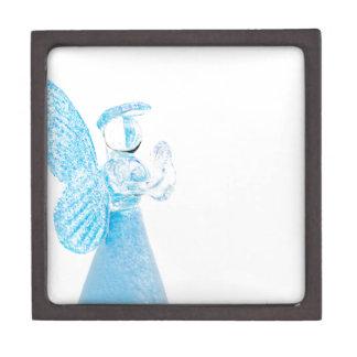 Blauer Glasengel, der auf weißem Hintergrund betet Premium Modeschmuckschachtel