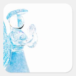 Blauer Glasengel, der auf weißem Hintergrund betet Quadratischer Aufkleber