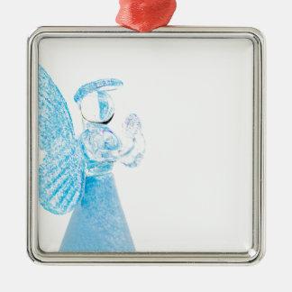 Blauer Glasengel, der auf weißem Hintergrund betet Quadratisches Silberfarbenes Ornament