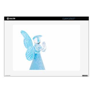 Blauer Glasengel, der auf weißem Hintergrund betet Schutzfolien Für 38 Cm Laptops