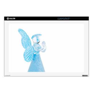 Blauer Glasengel, der auf weißem Hintergrund betet Schutzfolien Für 43 Cm Laptops