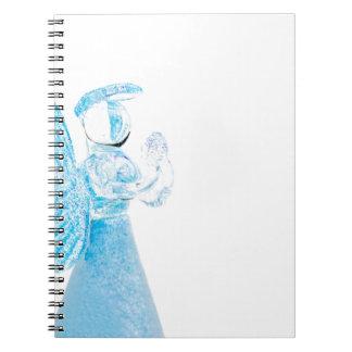 Blauer Glasengel, der auf weißem Hintergrund betet Spiral Notizbuch