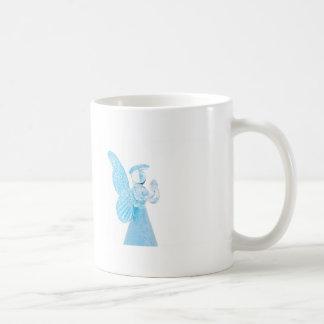 Blauer Glasengel, der auf weißem Hintergrund betet Tasse