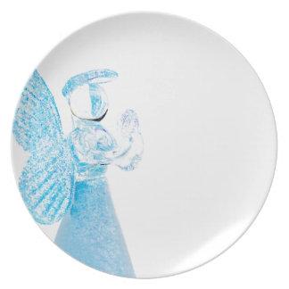 Blauer Glasengel, der auf weißem Hintergrund betet Teller