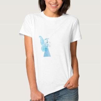 Blauer Glasengel, der auf weißem Hintergrund betet Tshirt