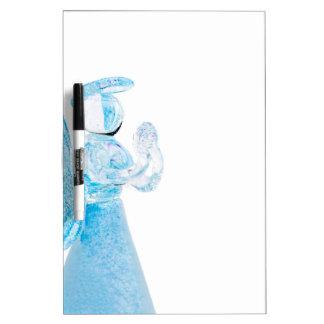 Blauer Glasengel, der auf weißem Hintergrund betet Whiteboard