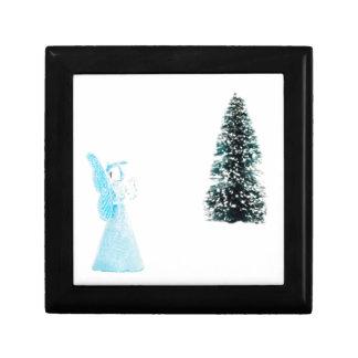 Blauer Glasengel, der nahe Weihnachtsbaum betet Geschenkbox