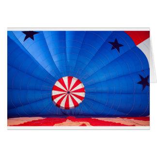 Blauer Heißluft-Ballon, der aus den Grund aufbläst Karte