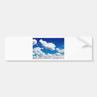 Blauer Himmel mit vielen weißen Wolken Autoaufkleber