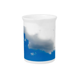 Blauer Himmel mit vielen weißen Wolken Getränke Pitcher