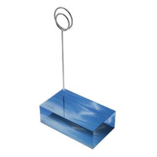 Blauer Himmel mit Weiß bewölkt abstraktes Tischkartenhalter