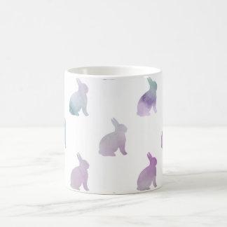 Blauer lila Pastellwatercolor-Häschen-Hintergrund Tasse
