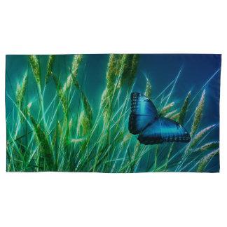 Blauer Morpho Schmetterling auf grünem Gras Kissen Bezug