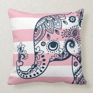 Blauer Paisley-Elefant auf den rosa u. weißen Kissen