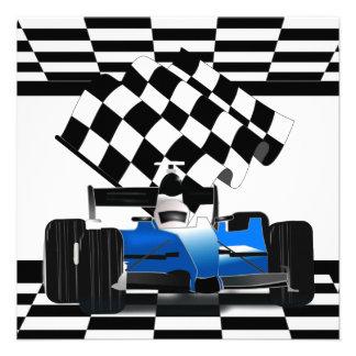 Blauer Rennwagen mit Zielflagge