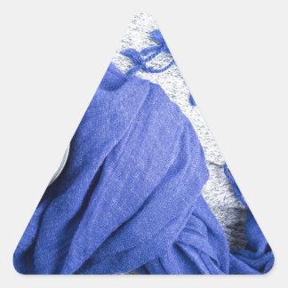 Blauer Schal gebunden um die Tasse mit heißem Dreieckiger Aufkleber