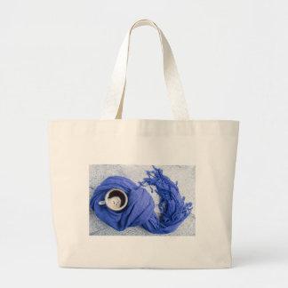 Blauer Schal gebunden um die Tasse mit heißem Jumbo Stoffbeutel