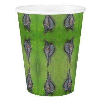 blauer Seashell auf Grünbuchschale Pappbecher
