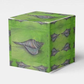 blauer Seashell auf grünem Bevorzugungskasten Geschenkschachtel
