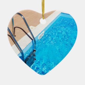 Blauer Swimmingpool mit Leiter Keramik Ornament