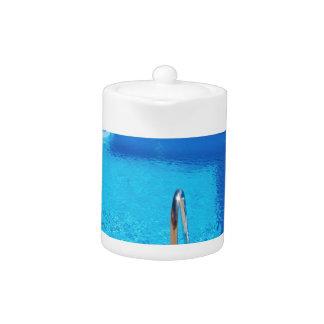 Blauer Swimmingpool mit Schritten in Meer