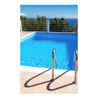 Blauer Swimmingpool mit Schritten in Meer Briefpapier