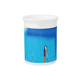 Blauer Swimmingpool mit Schritten in Meer Getränke Pitcher