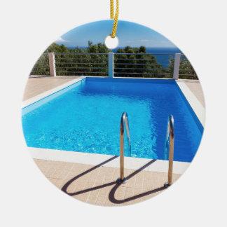 Blauer Swimmingpool mit Schritten in Meer Rundes Keramik Ornament
