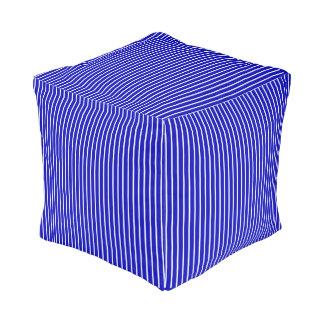 Blauer weißer Nadelstreifen Kubus Sitzpuff