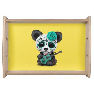 Blauer Zuckerschädel-Panda, der Gitarre spielt Tablett