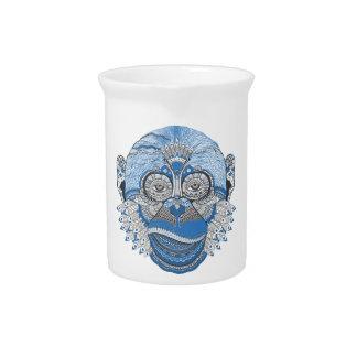 Blaues Affe-Gesicht mit Muster und Federn Getränke Pitcher