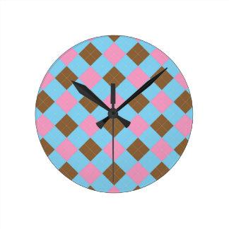 Blaues, braunes und rosa kariertes Muster Runde Wanduhr