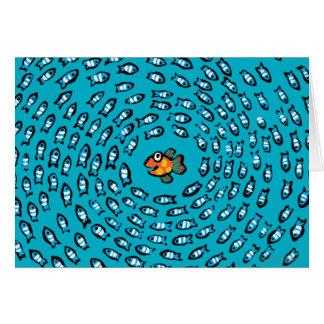 Blaues Fisch-Schulmuster mit kleinen orange Karte