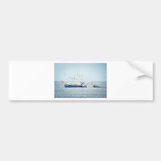Blaues Garnele-Boot auf dem Ozean Autoaufkleber