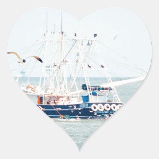Blaues Garnele-Boot auf dem Ozean Herz-Aufkleber